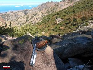 Pause déjeuner GR20 avec de la charcuterie Corse