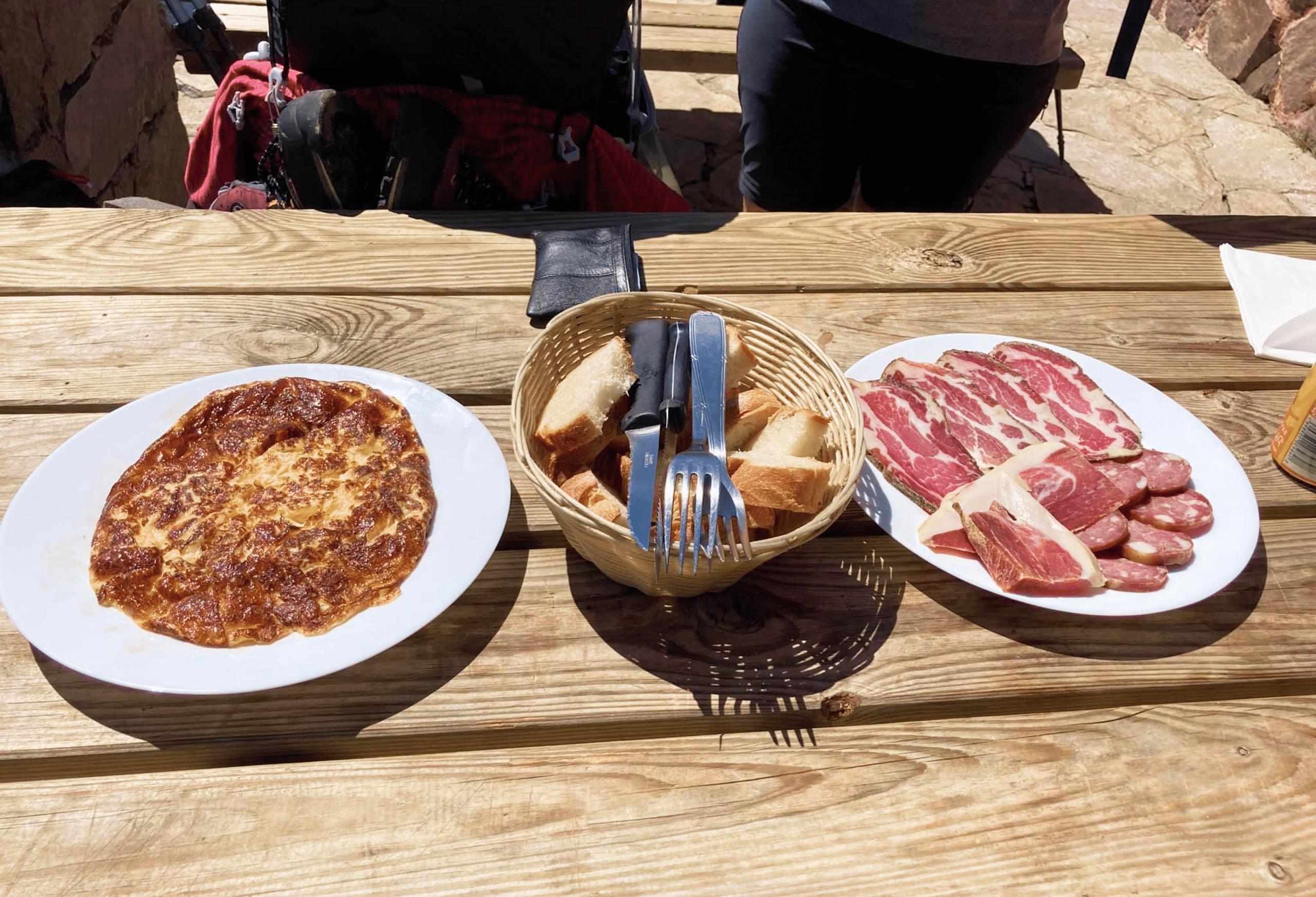 Délicieuse omelette garnie servie en bergeries